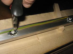 Отмеряем провод для соединения светодиодов