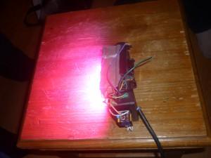 Сравнение яркости фитолампы с лампой дневного света. Фитолампа фото 1.